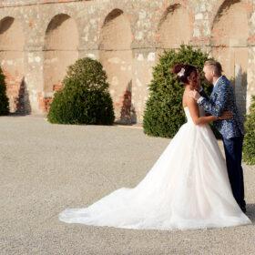 Liebkosendes Brautpaar vor Steinmauer mit altem Charakter - Herrenhäuser Gärten Hannover © Hochzeitsfotograf www.hochzeitsverliebt.de