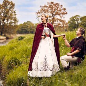 Bräutigam kniet vor herzhaft lachender Braut - Lüßmanns Hof Hambühren - © Hochzeitsfotograf www.hochzeitsverliebt.de