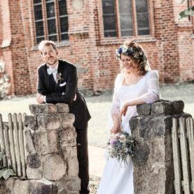 Brautpaar steht am Holzzaun - Müden Örtze © Hochzeitsfotograf Photo Professional Misiak