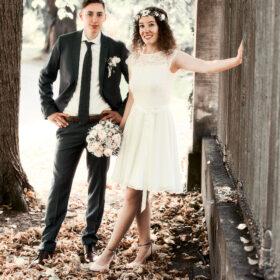 Brautpaar im Vintagestyle steht am Parkeingang