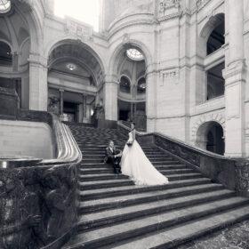 Braut und Bräutigam in schwarzweiss auf der Steintreppe im Foyer - Neues Rathaus Hannover © Hochzeitsfotograf www.hochzeitsverliebt.de