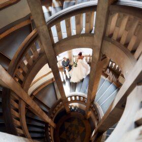 Hochzeitspaar aus der Vogelperspektive auf Wendeltreppe - Neues Rathaus Hannover © Hochzeitsfotograf www.hochzeitsverliebt.de