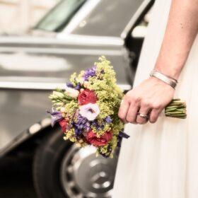 Hochzeitsstrauss mit Braut und Auto - Celler Innenstadt © Hochzeitsfotograf www.hochzeitsverliebt.de