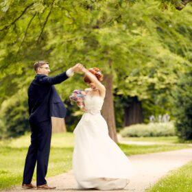 Brautpaar tanzt im Park - Schlosspark Celle © Hochzeitsfotograf www.hochzeitsverliebt.de