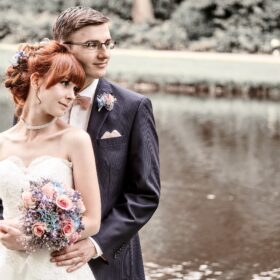 Brautpaar steht am See - Schlosspark Celle © Hochzeitsfotograf www.hochzeitsverliebt.de