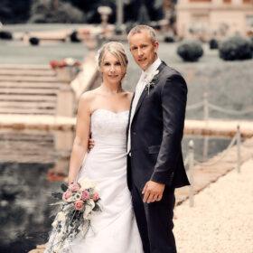 Hochzeitspaar steht am Teich - Schloss Eldingen © Hochzeitsfotograf www.hochzeitsverliebt.de