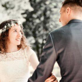 Hochzeitspaar im Vintagestyle sitzt sich gegenüber und schaut sich an
