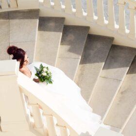 Braut aus der Vogelperspektive sitzt auf Schlosstreppe - Herrenhäuser Gärten Hannover © Hochzeitsfotograf www.hochzeitsverliebt.de