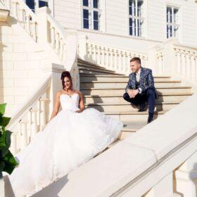 Braut und Bräutigam auf der Schlosstreppe mit viel Sonnenschein - Herrenhäuser Gärten Hannover © Hochzeitsfotograf www.hochzeitsverliebt.de
