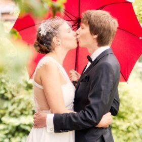 Brautpaar gibt sich einen Kuss - Wildland Wietze © Hochzeitsfotograf www.hochzeitsverliebt.de
