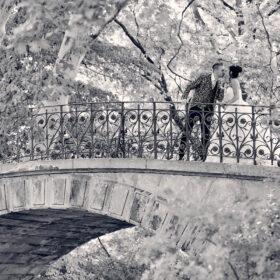 Küssendes Brautpaar in schwarzweiss an der Schwanenbrücke - Herrenhäuser Gärten Hannover © Hochzeitsfotograf www.hochzeitsverliebt.de