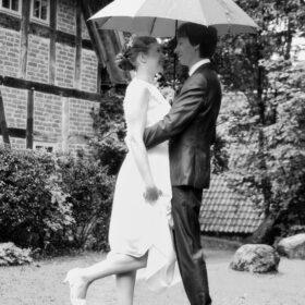 Hochzeitspaar steht im Regen - Wildland Wietze © Hochzeitsfotograf www.hochzeitsverliebt.de