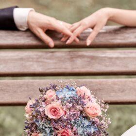 Hochzeitsstrauss mit Brautpaarhänden - Schlosspark Celle © Hochzeitsfotograf www.hochzeitsverliebt.de