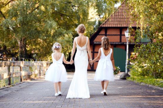 Braut geht mit Blumenkindern spazieren - Hof Wietfeldt Celle © Hochzeitsfotograf www.hochzeitsverliebt.de