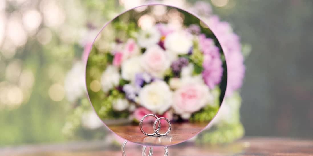 Hochzeitsbuchseite mit Blumenstrauß und Ringen im Fokus - © Hochzeitsfotograf www.hochzeitsverliebt.de