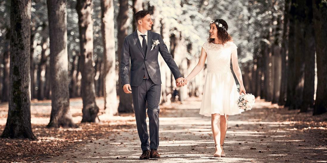 Innenansicht mit Hochzeitspaar im Vintagelook über Doppelseite- © Hochzeitsfotograf www.hochzeitsverliebt.de