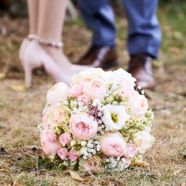 Brautstrauß mit Schuhen von Braut und Bräutigam - Celle © Hochzeitsfotograf www.hochzeitsverliebt.de