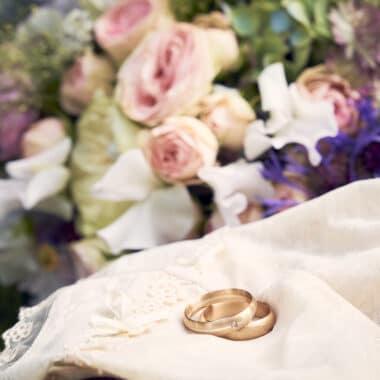 Goldenen Eheringe mit Brautstrauß in Pastelltönen - Braunschweig © Hochzeitsfotograf www.hochzeitsverliebt.de