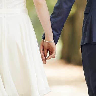 Hochzeitspaar reicht sich die Hände im Spaziergang - Celle © Hochzeitsfotograf www.hochzeitsverliebt.de