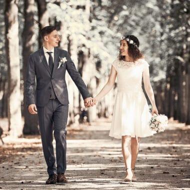 Brautpaar geht Hand in Hand spazieren - Französischer Garten Celle  © Hochzeitsfotograf www.hochzeitsverliebt.de
