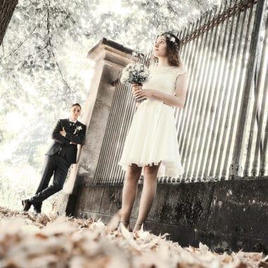 Brautpaar steht im Seiteneingang vom Park - Französischer Garten Celle © Hochzeitsfotograf www.hochzeitsverliebt.de