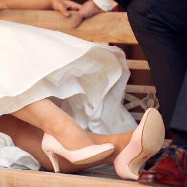 Schuhe von Braut und Bräutigam, die auf der Bank sitzen - Lüneburg © Hochzeitsfotograf www.hochzeitsverliebt.de