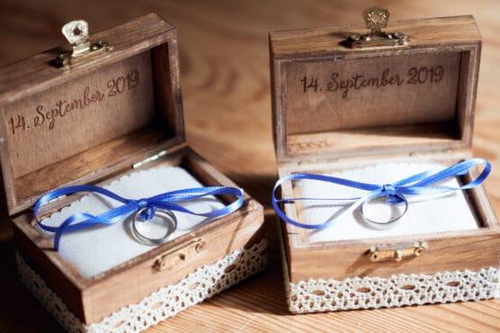 Eheringe auf weissen Kissen in braunen Holzschachteln - Hof Wietfeldt Celle © Hochzeitsfotograf www.hochzeitsverliebt.de