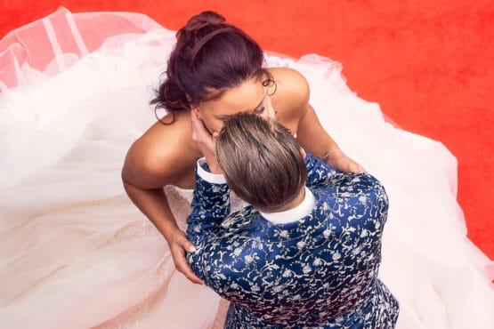 Brautpaar küsst sich auf rotem Teppich - Fürstenhof Celle © Hochzeitsfotograf www.hochzeitsverliebt.de