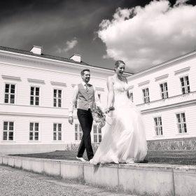 Braut und Bräutigam gehen ausgelassen am Schloss Herrenhausen barfuß auf Steinen - Herrenhäuser Gärten Hannover © Hochzeitsfotograf www.hochzeitsverliebt.de