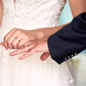 Hände vom Brautpaar mit ihren Ringen - Schlossküche Herrenhäuser Gärten Hannover © Hochzeitsfotograf www.hochzeitsverliebt.de