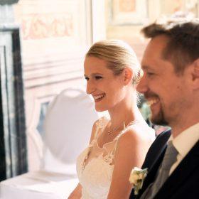Sitzendes und lächelndes Brautpaar im hellen Trauzimmer- Frühlingszimmer Herrenhäuser Gärten Hannover © Hochzeitsfotograf www.hochzeitsverliebt.de