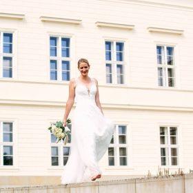 Braut mit langem cremefarbenen Hochzeitskleid geht im Sommer leichtfüßig barfuß auf Steinen - Herrenhäuser Gärten Hannover © Hochzeitsfotograf www.hochzeitsverliebt.de