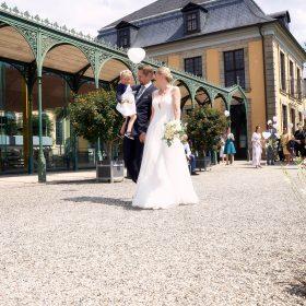 Hochzeitspaar geht im Sonnenschein spazieren - Herrenhäuser Gärten Hannover © Hochzeitsfotograf www.hochzeitsverliebt.de