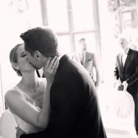 Das Brautpaar küsst sich im Stehen- Frühlingszimmer Herrenhäuser Gärten Hannover © Hochzeitsfotograf www.hochzeitsverliebt.de