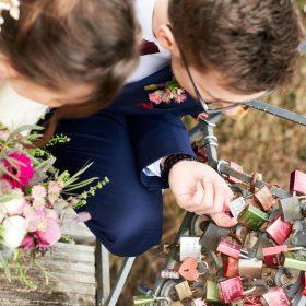 Hochzeitsfotos vom Brautpaar an der Brücke mit Liebesschlösssern aus der Vogelperspektive - Französischer Garten Celle © Hochzeitsfotograf www.hochzeitsverliebt.de