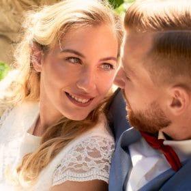 Die Braut lehnt an ihrem Ehemann und schaut ihm in die Augen - Schloss Eldingen © Hochzeitsfotograf www.hochzeitsverliebt.de