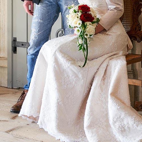 Details vom Brautpaar mit Brautstrauß im Foyer  - Standesamt Schloss Schöningen © Hochzeitsfotograf www.hochzeitsverliebt.de
