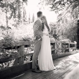 Der Bräutigam küsst seine Braut auf die Stirn und steht mit ihr an der Brücke - Trauinsel Wienhausen © Hochzeitsfotograf www.hochzeitsverliebt.de