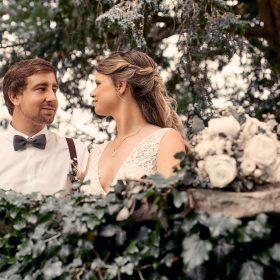 Braut und Bräutigam an der mit Efeu bewachsenen Steinmauer - Kirchengarten Winsen Aller © Hochzeitsfotograf www.hochzeitsverliebt.de