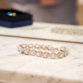Nahaufnahme vom silbernen Armband der Braut mit weissen Steinen - Hof Wietfeldt Bennebostel © Hochzeitsfotograf www.hochzeitsverliebt.de