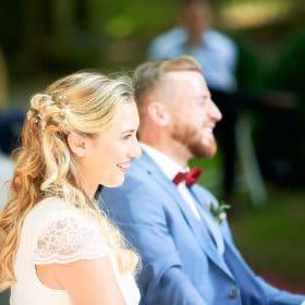 Lachendes Brautpaar bei Freitrauung im Grünen  - Schloss Eldingen © Hochzeitsfotograf www.hochzeitsverliebt.de
