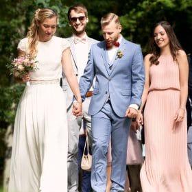 Hochzeitspaar spazierend mit Trauzeugen und Gästen  - Schloss Eldingen © Hochzeitsfotograf www.hochzeitsverliebt.de