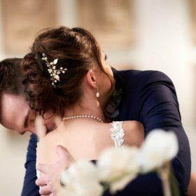 Der Bräutigam umarmt seine Braut beim Ja-Wort - Standesamt Celle Schloss © Hochzeitsfotograf www.hochzeitsverliebt.de