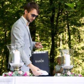 Hochzeitsringe werden vom Trauzeugen auf den Trautisch im Freien gelegt - Schloss Eldingen © Hochzeitsfotograf www.hochzeitsverliebt.de