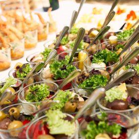 Oliven mit etwas grünem im Salat zum Sektempfang in Glasschälchen - Schloss Eldingen © Hochzeitsfotograf www.hochzeitsverliebt.de