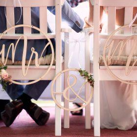 Traustühle im Detail mit sitzendem Brautpaar - Schloss Eldingen © Hochzeitsfotograf www.hochzeitsverliebt.de