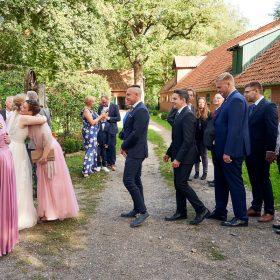 Hochzeitsgesellschaft steht im Garten der Location zum Gratulieren an - Hof Wietfeldt Bennebostel © Hochzeitsfotograf www.hochzeitsverliebt.de