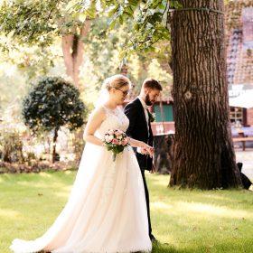 Brautpaar geht im Garten Location spazieren - Hof Wietfeldt Bennebostel © Hochzeitsfotograf www.hochzeitsverliebt.de
