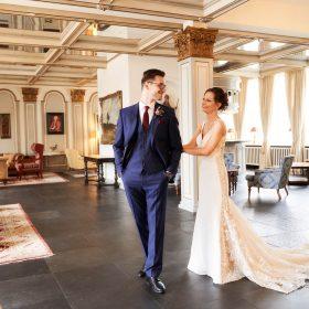 Der Bräutigam dreht sich beim First Look im barocken Foyer zu seiner Braut um - Celle Althoff Hotel Fürstenhof © Hochzeitsfotograf www.hochzeitsverliebt.de