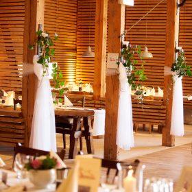 Teilperspektive der gedeckten Tische Hochzeitsdekoration - Hof Wietfeldt Bennebostel © Hochzeitsfotograf www.hochzeitsverliebt.de